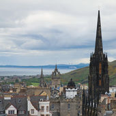 View from Edinburgh castle towards Royal Mile, Firth of Forth in — Stock Photo
