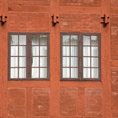 Dos viejas ventanas multipanel en una terracota colorean ladrillo y woo — Foto de Stock