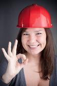 Ung ingenjör kvinnan gör ett ok tecken — Stockfoto