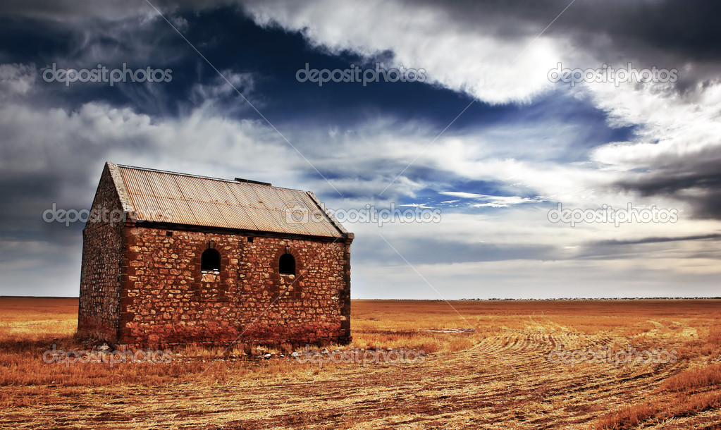 An old farm building in a sprawling field — Stock Photo #5204394