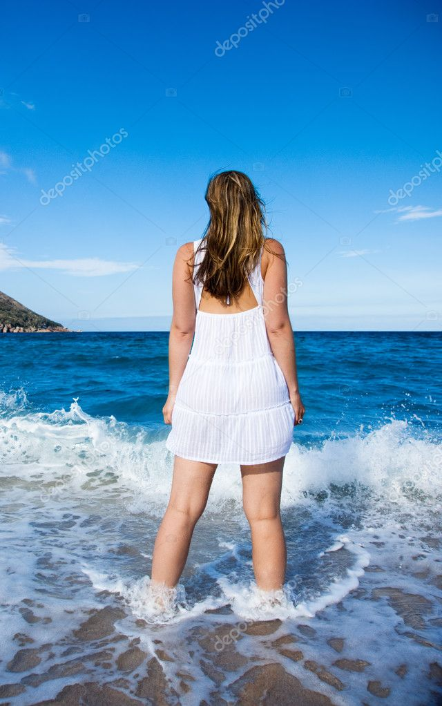 Girl looking out to sea — Stock Photo #5238608