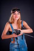 девушка с помощью дрели — Стоковое фото