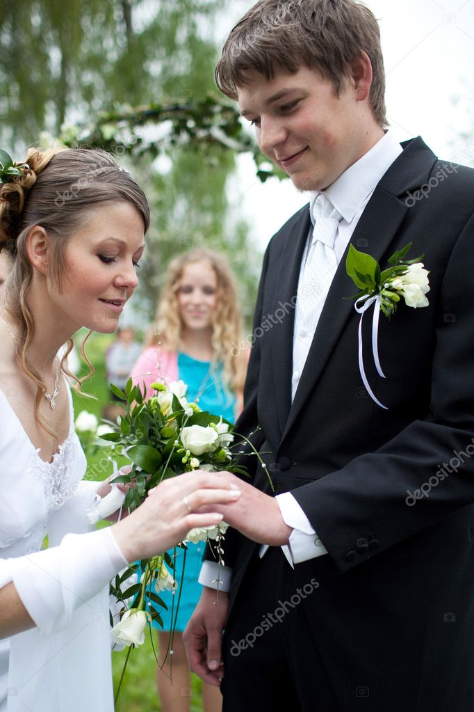 Young wedding couple - freshly wed groom and bride posing outdoors on their wedding day — Stock Photo #4677619