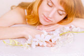 Roodharige meisje en orchid — Stockfoto