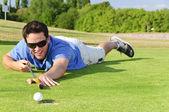 Giovane giocatore di golf sul green — Foto Stock