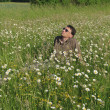 Man in meadow relaxing — Foto de Stock