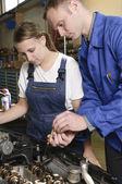Vrouwelijke automonteur — Stockfoto
