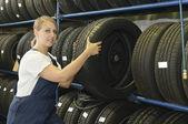 Mujer mecánico con el neumático — Foto de Stock