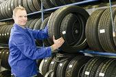 Bilmekaniker med däck — Stockfoto