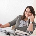 オフィスでの携帯電話上の若い女性の笑みを浮かべてください。 — ストック写真 #4680194