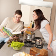 Young couple cooking in kitchen together — Stock fotografie