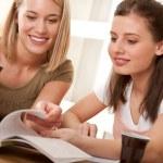 Öğrenci serisi - birlikte okuyan iki öğrenciye — Stok fotoğraf