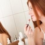 vücut bakım serisi - ruj uygulayarak güzel kızıl saçlı kadın — Stok fotoğraf #4681973