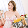 Attractive woman cooking spaghetti and tomato sauce — Stockfoto