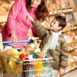 Foto Stock: Grocery store shopping - Womwith child