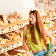 Grocery store: Red hair woman with shopping cart - Lizenzfreies Foto
