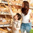 Grocery store shopping - Woman with little boy — Stock Photo