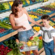 Grocery store shopping - Mother with child buying fruit — Foto de Stock