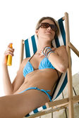 Beach - Young woman apply suntan lotion — Stock Photo