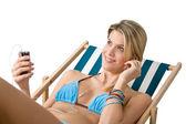 Spiaggia - donna felice in bikini relax con musica — Foto Stock