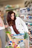 Serisi - kumral kadın bir süpermarkette alışveriş — Stok fotoğraf
