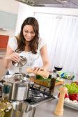 烹饪-现代厨房的厨师幸福的女人 — 图库照片