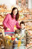 Sklep spożywczy, zakupy - szczęśliwa kobieta i dziecko — Zdjęcie stockowe