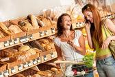 Grocery store: Two women having fun — Stock Photo