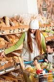 Sklep spożywczy, zakupy - czerwone włosy kobieta z małym chłopcem — Zdjęcie stockowe