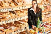 продуктовый магазин: молодой бизнес женщина — Стоковое фото