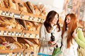 Grocery store: Two young women — Stock fotografie