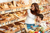 Grocery store shopping - Brown hair woman with child — Stock Photo