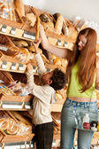 Grocery store shopping - Red hair woman with child — Stockfoto