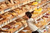 Negozio shopping - ragazzino comprando pane — Foto Stock