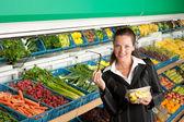 Magasinage d'épicerie - femme d'affaires achat de salade de fruits — Photo