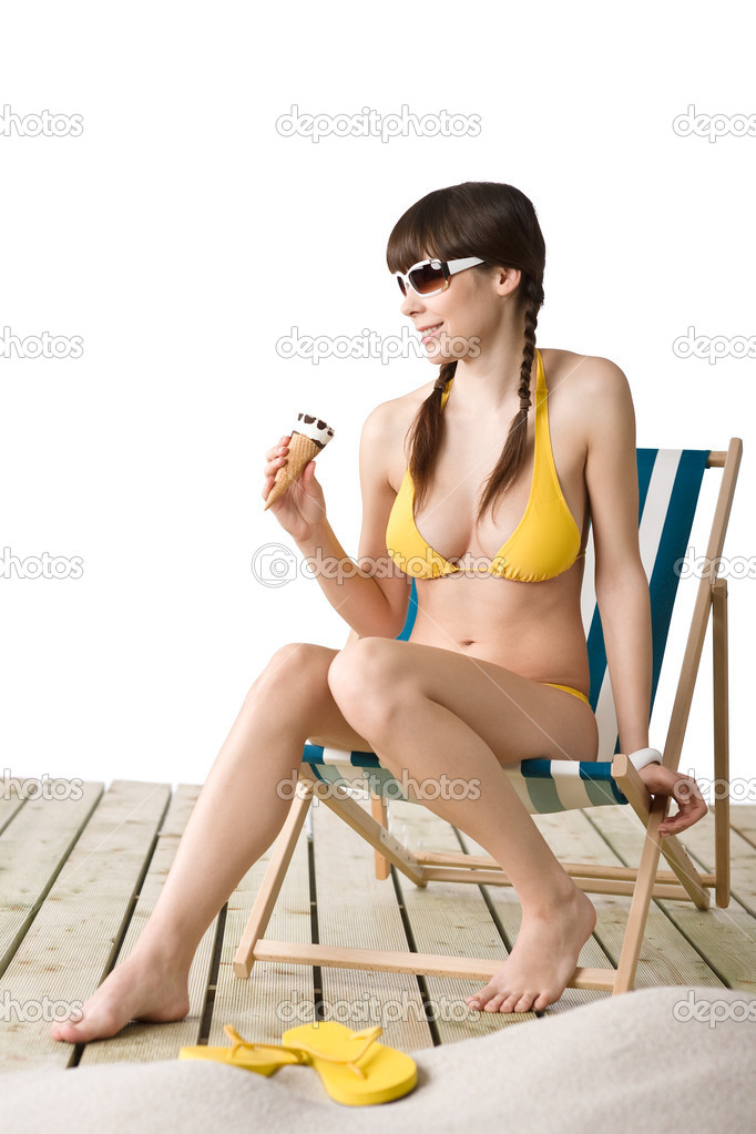 Beautiful woman in bikini with ice cream cone and sunglasses in summer on beach — Stock Photo #4682174