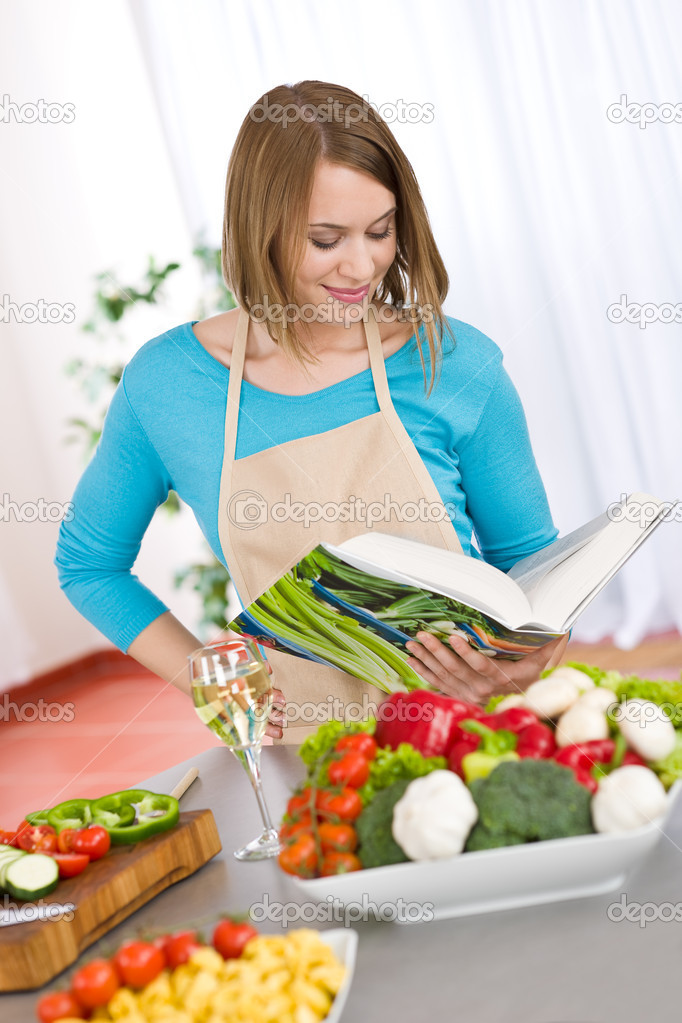 Kochen - Frau lesen Kochbuch in Küche — Stockfoto © CandyBoxImages ...