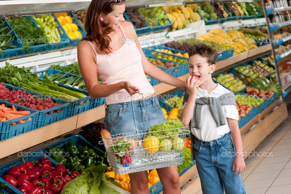 Grocery store shopping - Woman with child  in a supermarket — Stock Photo #4684523
