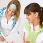 estudiante en casa - dos mujeres jóvenes estudian juntos — Foto de Stock   #4690921