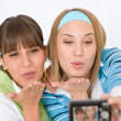 Foto Stock: Two young woman taking picture