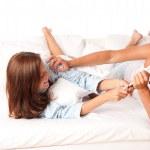 joven mujer y hombre divirtiéndose en la cama — Foto de Stock