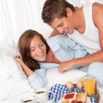 joven y mujer desayunar juntos — Foto de Stock