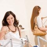 moda alışveriş - iki mutlu bir kadın seçmek kıyafet satışı — Stok fotoğraf