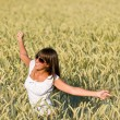 Happy young woman in corn field enjoy sunset - Foto Stock