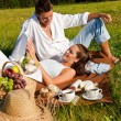 Picnic - Romantic couple in spring nature - Foto Stock