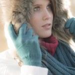 moda invierno - mujer con capucha de piel al aire libre — Foto de Stock