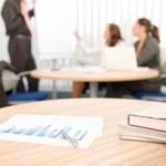 Office suply - business möte i bakgrunden — Stockfoto