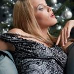 provocerende vrouw poseren in grijze jurk — Stockfoto #4696165