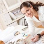 jovem designer de interiores feminina no escritório com pintura — Foto Stock