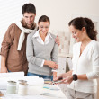 designer de interiores feminino com dois clientes no escritório — Foto Stock